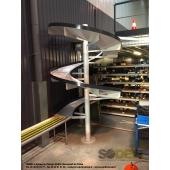 Le toboggan industriel s'intègre parfaitement dans une ligne de convoyage en permettant le transfert de caisses, cartons ou bacs d'un niveau haut à un niveau inférieur. Conception sur-mesure, fabrication française, SODEFI
